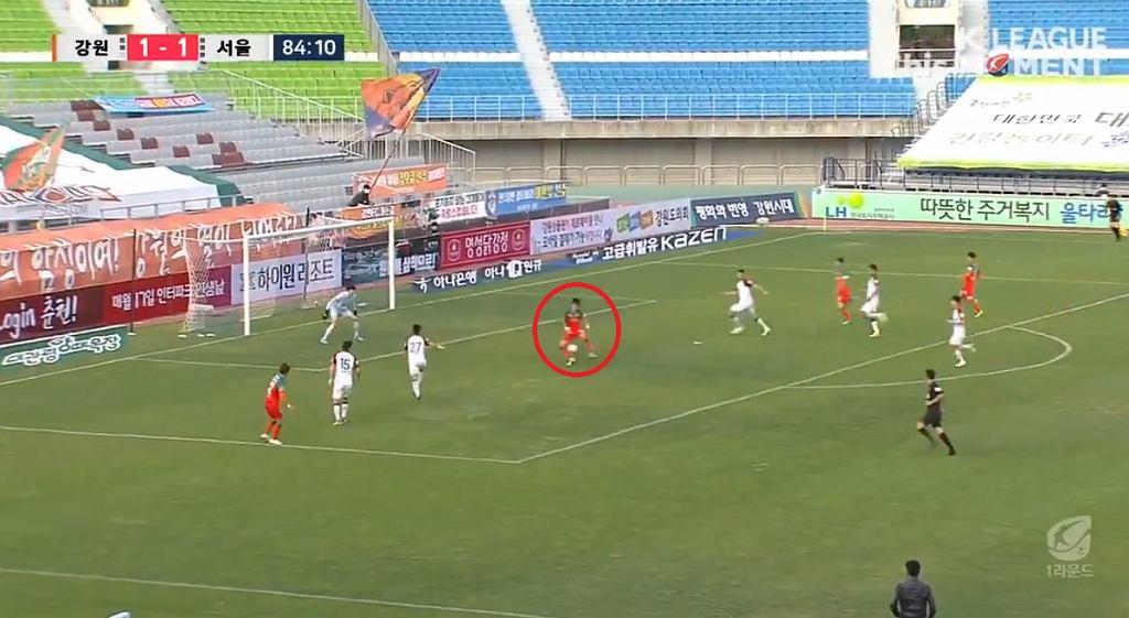Kapitalny gol w lidze koreańskiej. Bramkarz nie wiedział co się dzieje