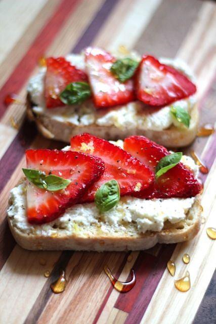 Tost z lekkim serkiem i owocami zaspokaja apetyt na słodycze
