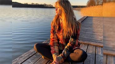 Marcelina Zawadzka podziwia zachód słońca w prostych jeansach i T-shircie