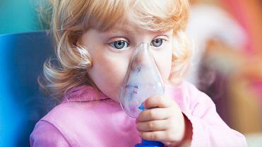 Inhalator dla dziecka to urządzenie, które sprawdzi się w wielu sytuacjach. Wielu rodziców uważa, że powinien być obowiązkowym elementem wyprawki