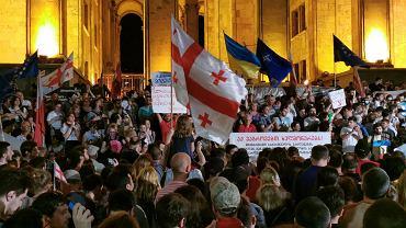 20.06.2019, Tbilisi, tłum protestujących pod budynkiem gruzińskiego parlamentu.