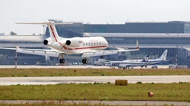 Rządowy Gulfstream G550 ląduje na Okęciu. W tle samoloty rejsowe i terminal portu lotniczego im. Chopina. Warszawa, 28 czerwca 2018