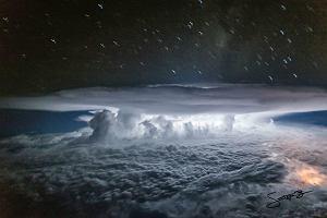 """""""Atomowe"""" grzyby i potężne nawałnice - tak nasze niebo widzą piloci w czasie lotu [ZDJĘCIA Z KOKPITU]"""