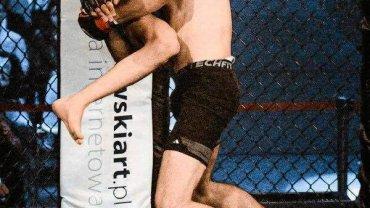 Adam Fidkowski (czarne spodenki) podczas walki ...