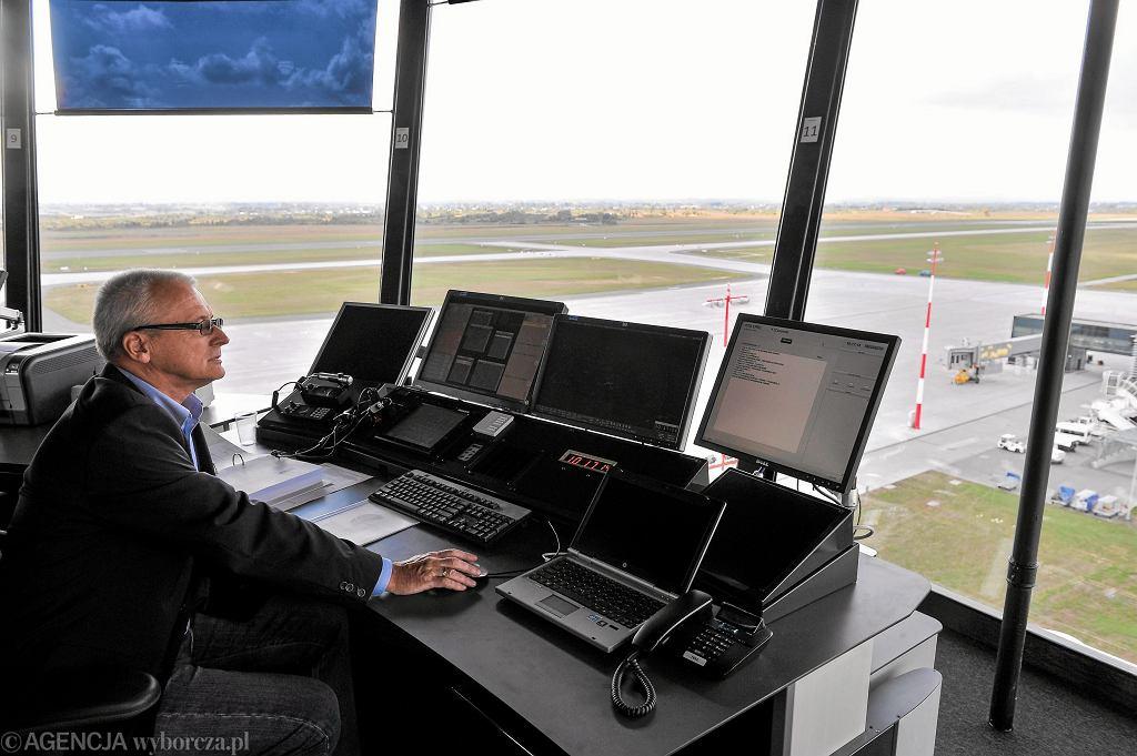 Wieża kontroli lotów na lotnisku w Jasionce