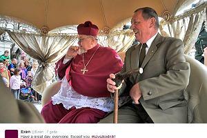 Bajkowa przejażdżka biskupa i posła. Nie uwierzycie, czym jechali na mszę