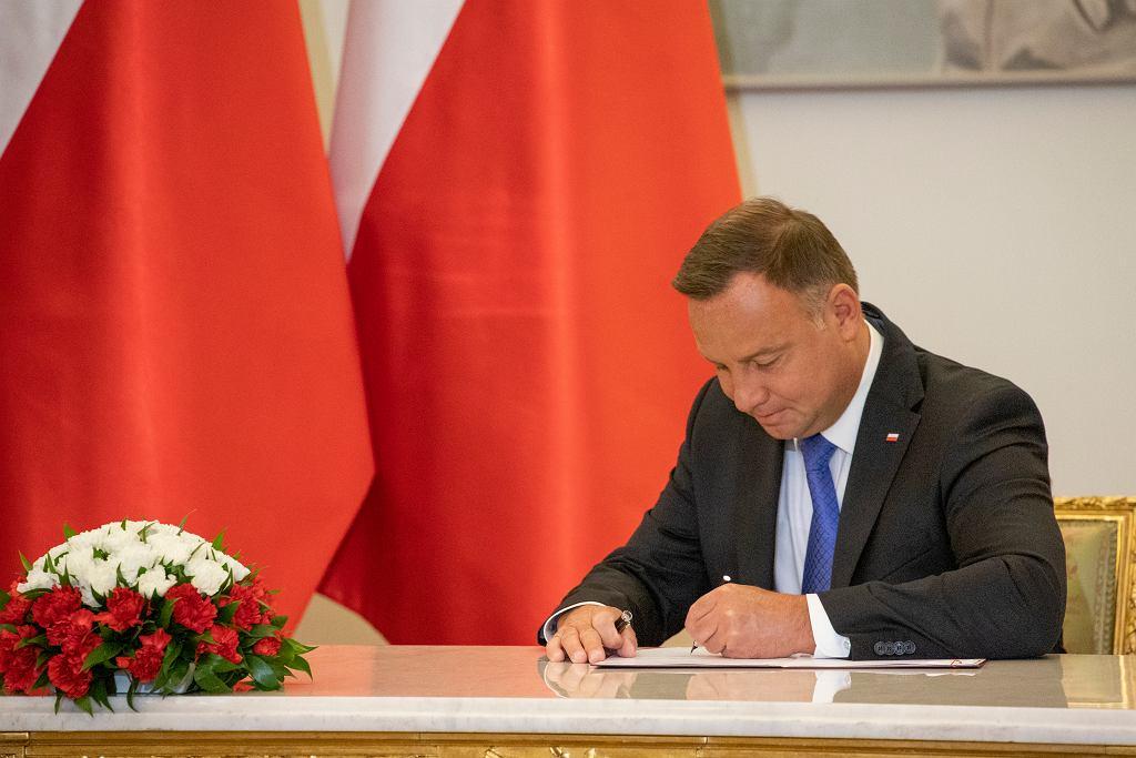 Prezydent Andrzej Duda podpisuje nowelę
