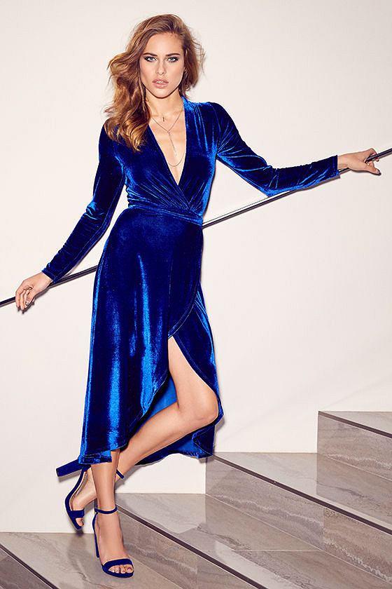 Sukienka w kolorze kobaltowym jest bardzo elegancka