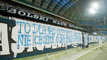 Transparent przeciw imigrantom na boisku Lecha w Poznaniu