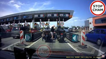 Czech kontra motocyklista przy bramkach na A4