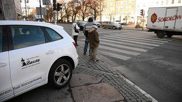 Pl. Żołnierza Polskiego. Auto nieprawidłowo parkuje na chodniku tuż przy przejściu dla pieszych