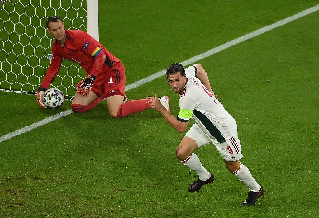 Niemcy - Węgry. Adam Szalai po strzeleniu gola Manuelowi Neuerowi