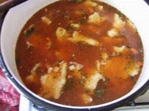 Zupa pomidorowa z dużymi, wiejskimi kluchami - ugotuj