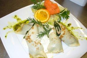 Naleśniki ze szpinakiem, łososiem wędzonym i dipem ziołowym - ugotuj