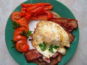 Jajka sadzone na bekonie - ugotuj