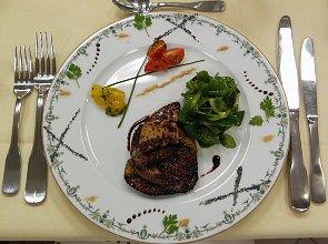 Miodowo-korzenne eskalopki z foie gras podlane sosem z banyulsa na wiosennej sałatce - ugotuj