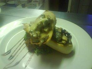 Bruschetta z dzikimi grzybami, serem plesniowym i konfiturą z gruszki i śliwki - ugotuj
