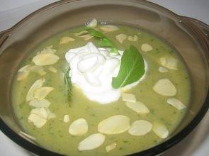 Zupa z sałaty rukoli z prażonymi migdałami i bitą śmietaną - ugotuj