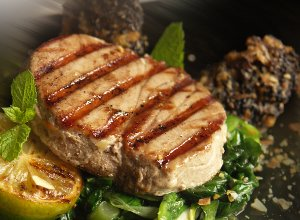 Grillowany stek z tuńczyka ze szpinakiem duszonym w białym winie - ugotuj