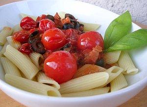 Makaron (penne) pikantny z pomidorkami i boczkiem - ugotuj
