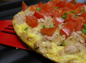 Omlet z groszkiem i tuńczykiem