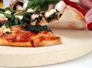 Włoska pizza pieczona na kamieniu - cienkie ciasto