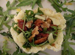Oscypkowe miseczki wypełnione rukolą, suszonymi pomidorami i włoskimi orzechami - ugotuj