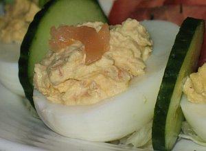 Jajka faszerowane wędzonym łososiem - ugotuj