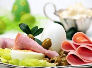 Jajka z zawijaną szynką i dodatkiem sosu chrzanowego - ugotuj