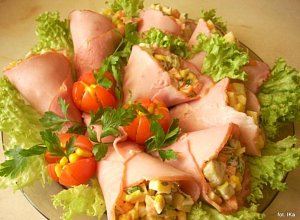Rożki szynkowe z sałatką - ugotuj