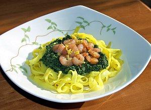 Żółty makaron z cytrynowym szpinakiem i krewetkami - ugotuj