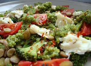 Brokułowe pesto na sałatce z zielonej soczewicy, mozzarelli i pomidorków - ugotuj