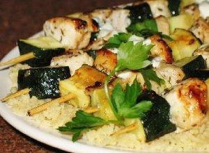 Drobiowe suwlaki z sosem tzatziki - ugotuj