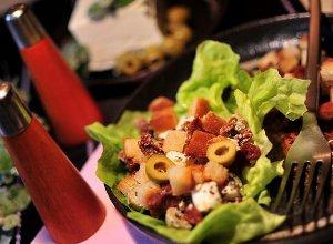 Sałatka z fetą i suszonymi pomidorami - ugotuj