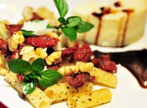 Sałatka z suszonymi pomidorami i parmezanem - ugotuj