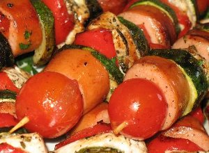 Szaszłyki z parówek, kurczaka i warzyw - ugotuj
