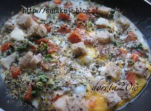 Omlet z marchewką, kiełkami i chlebem na zakwasie - ugotuj