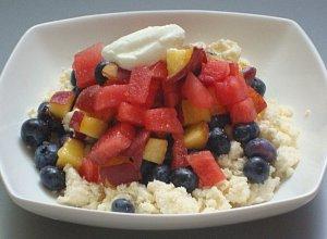 Twarożek z soczystymi owocami lata i jogurtem greckim - ugotuj