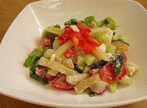 Kolorowa sałatka z grillowanej cukinii i fasolki szparagowej z fetą - ugotuj