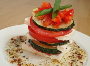 Wieżyczki z fetą przekładane grillowaną cukinią i pomidorem - ugotuj