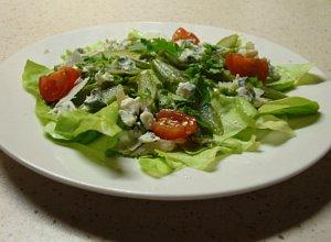 Zielone szparagi z serami na liściach sałaty - ugotuj