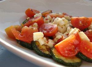 Sałatka z grilowanej cukinii z mozzarellą i pomidorkami cherry - ugotuj