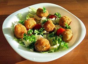 Sałatka z kulkami ziemniaczano-rybnymi - ugotuj