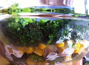 Sałatka brokułowa z pieczarkami i sosem czosnkowym - ugotuj