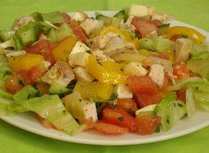 Letnia sałatka warzywna z kurczakiem - ugotuj