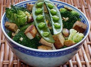 Brokuły z tofu, groszkiem i pistacjami - ugotuj