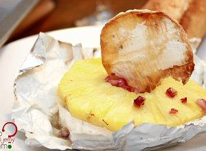 Ser brie zapiekany z ananasem i granatem - ugotuj