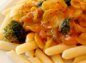 Penne z brokułami i cukinią w sosie pomidorowym - ugotuj