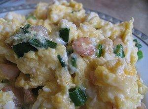 Jajecznica z kiełbasą i szczypiorkiem - ugotuj