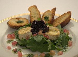 Zapiekany kozi ser na rukoli z konfiturą z czerwonej cebuli - ugotuj